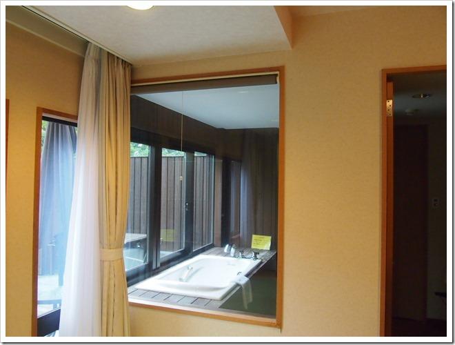 部屋よりガラス越しにバスルームを眺める