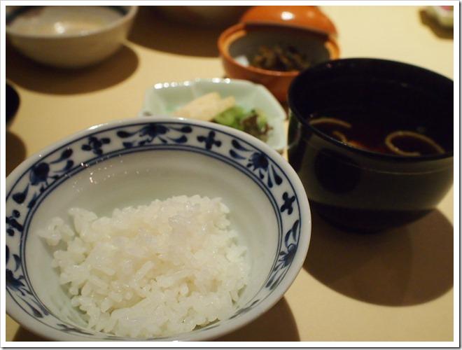 ご飯と赤出汁と香の物三種