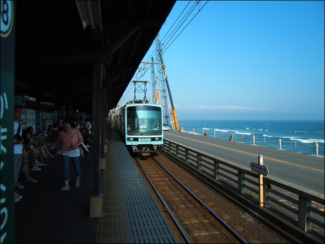 鎌倉高校前駅より鎌倉方面を望む