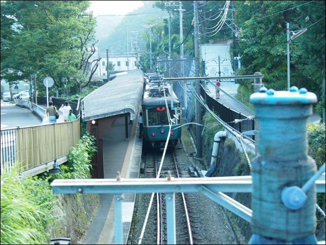 極楽寺駅を望む