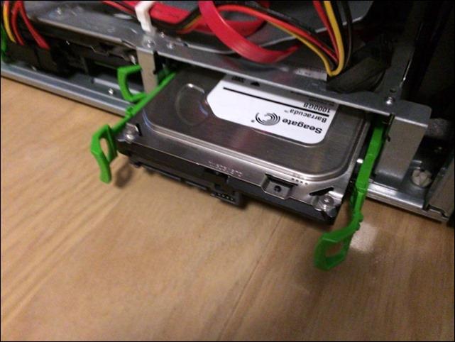 HDDをサーバのマウント部に